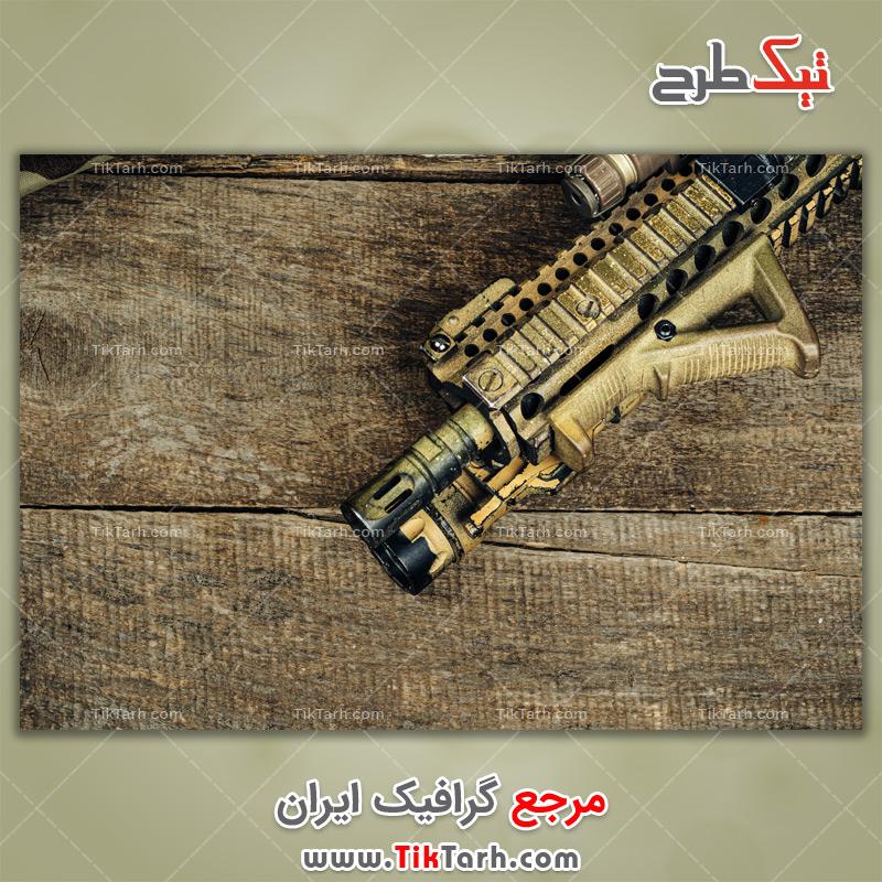 دانلود عکس با کیفیت تفنگ روی تخته چوبی