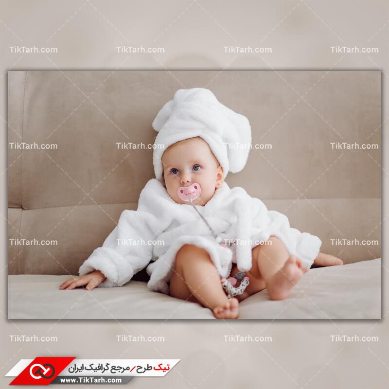 دانلود تصویر با کیفیت کودک در حال مکیدن پستانک