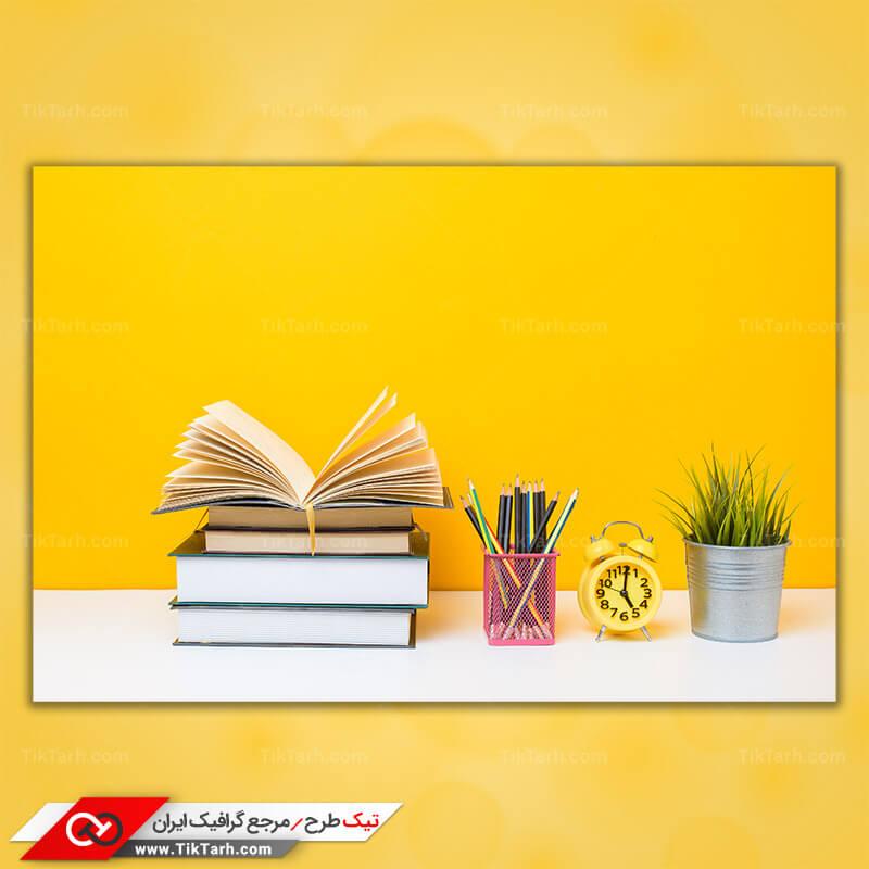 دانلود تصویر با کیفیت کتاب روی میز و مداد رنگی