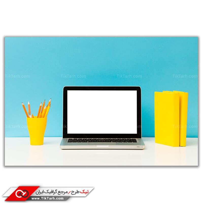 دانلود تصویر باکیفیت لپ تاپ روی میز مطالعه