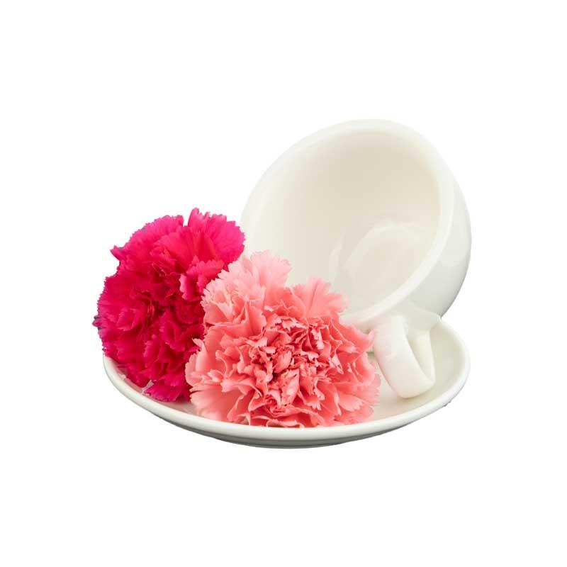 طرح گل های صورتی کنار فنجان و نعلبکی