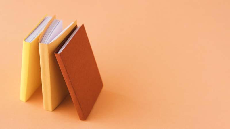 تصویر باکیفیت از کتاب با جلدهای رنگی