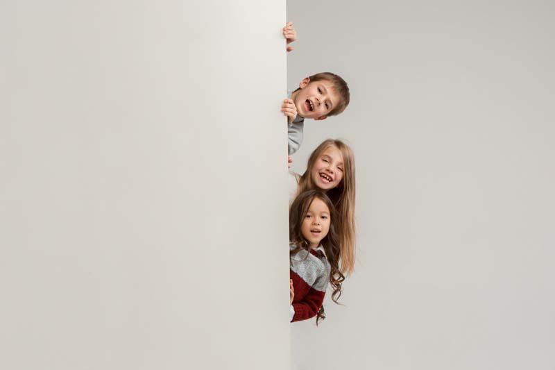 دانلود عکس باکیفیت دختر ها و پسر پشت دیوار