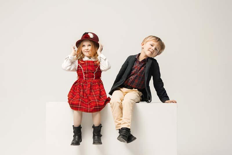 دانلود عکس باکیفیت دختر و پسر نشسته روی سکو
