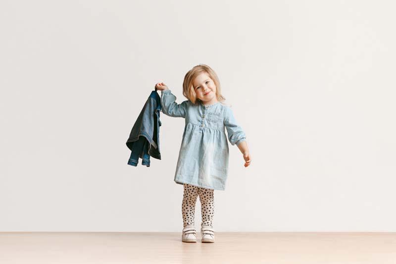 دانلود عکس باکیفیت دختر لباس به دست