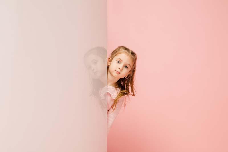 دانلود عکس باکیفیت دختر پشت دیوار