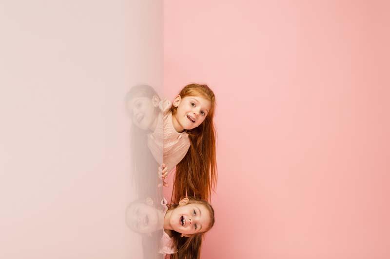 دانلود عکس باکیفیت دختر ها پشت دیوار