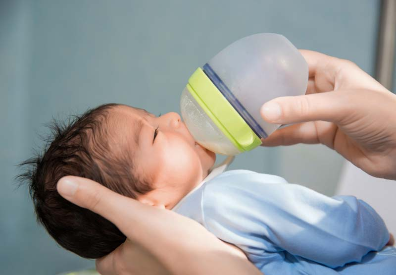 دانلود عکس باکیفیت شیر دادن به نوزاد