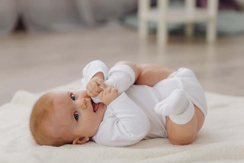 دانلود عکس گرافیکی نوزاد بازیگوش