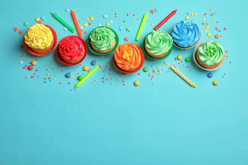 تصویر باکیفیت کاپ کیک های خامه ای جشن تولد