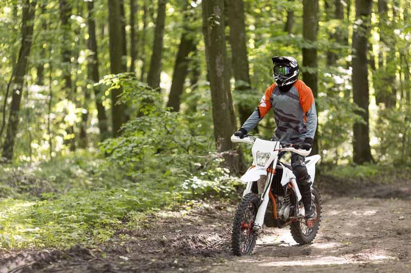 تصویر باکیفیت موتور سواری در جنگل