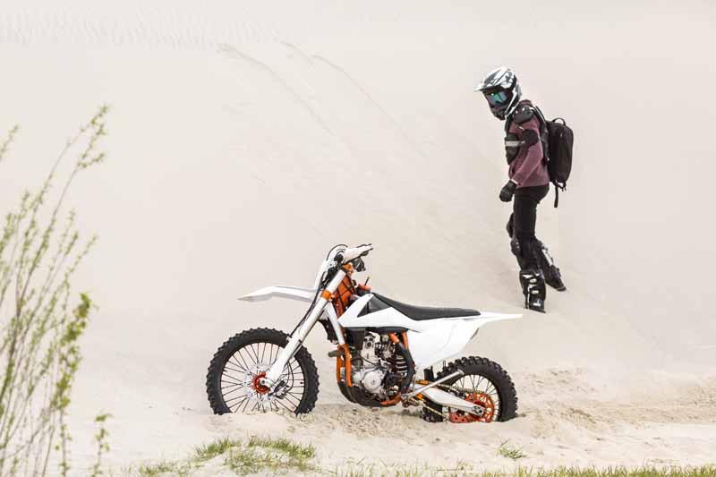 تصویر باکیفیت موتور سواری در صحرا