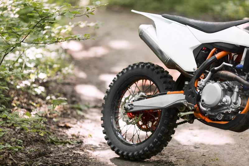 تصویر باکیفیت موتورسیکلت در جنگل