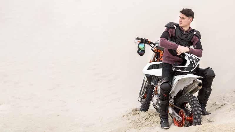 دانلود تصویر با کیفیت موتور سواری در صحرا