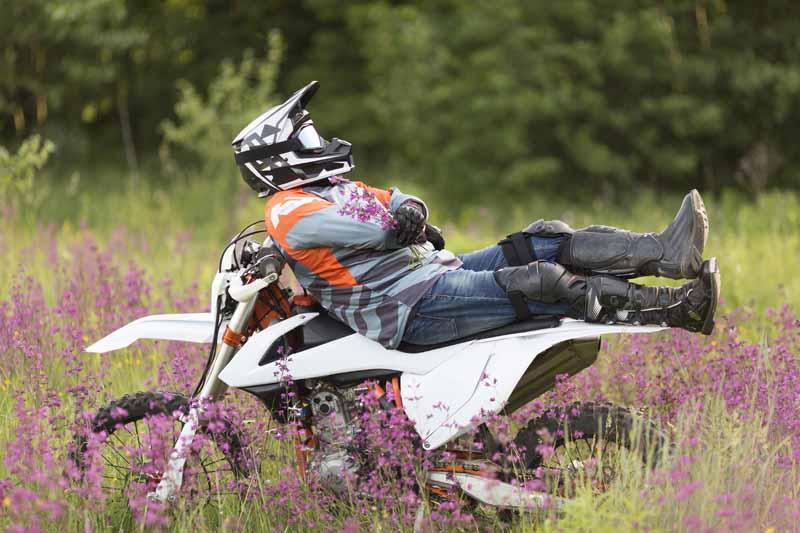 دانلود تصویر باکیفیت موتور سواری در جنگل