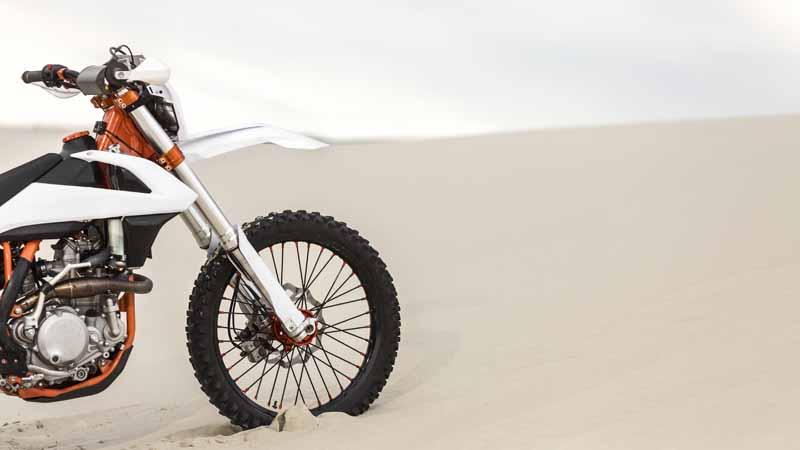 تصویر باکیفیت موتورسیکلت در صحرا