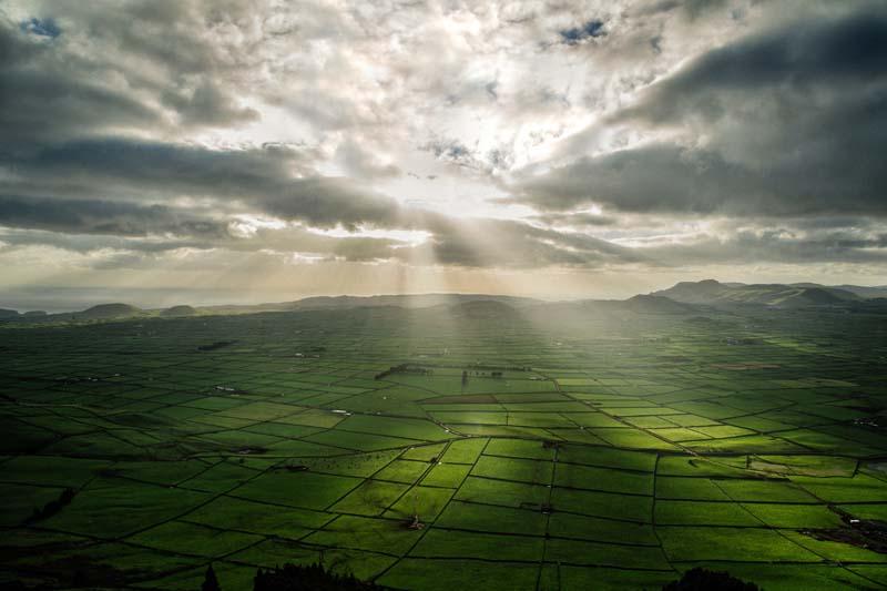 تصویر باکیفیت از مزارع در هوای ابری