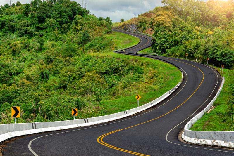 تصویر باکیفیت جاده مارپیچ در میان طبیعت سبز