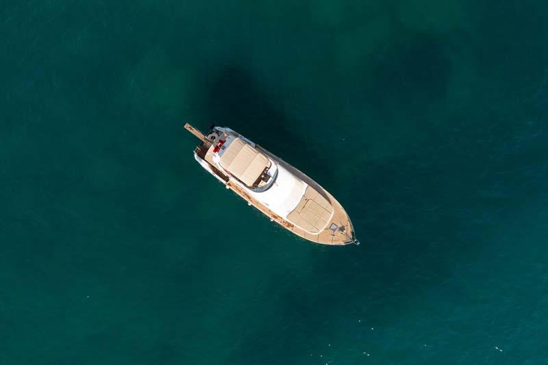 تصویر باکیفیت قایق در دریا از نمای بالا