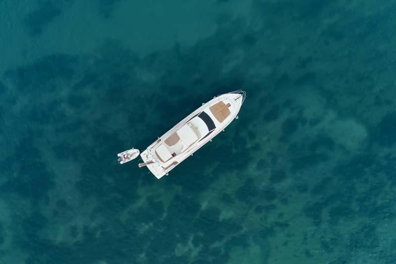 تصویر باکیفیت قایق تفریحی در دریا از نمای بالا