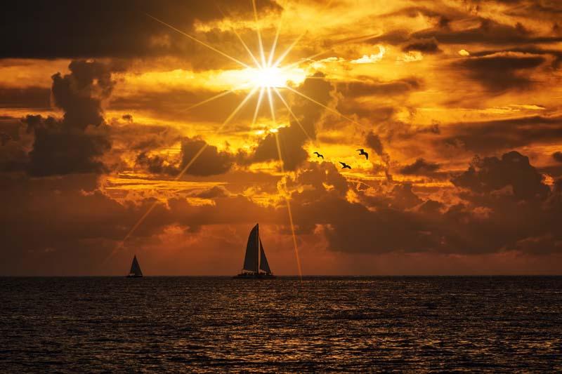 تصویر باکیفیت نور زرد خورشید در هوای ابری