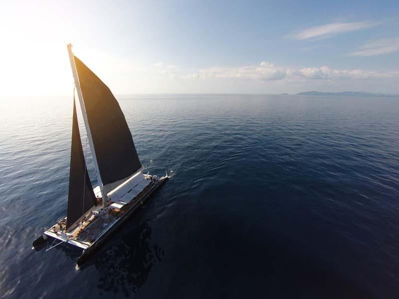 تصویر باکیفیت کشتی بادبانی بزرگ در دریا