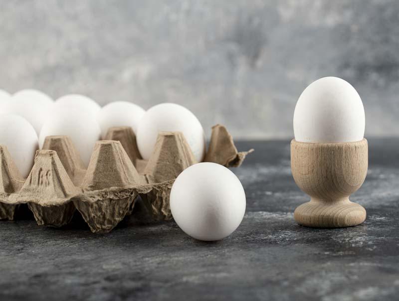 تصویر با کیفیت از تخم مرغ ها در شانه و ظرف