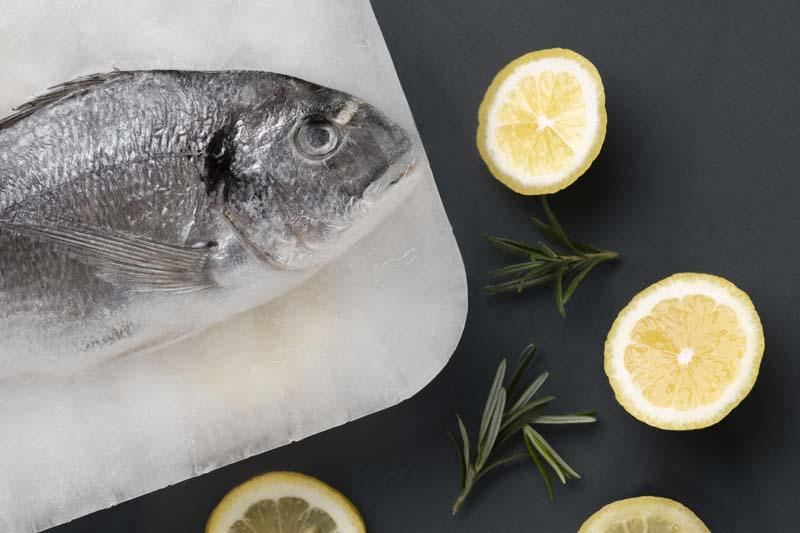 تصویر با کیفیت از ماهی بر روی تخته