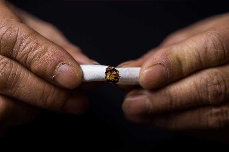 تصویر باکیفیت شکستن سیگار