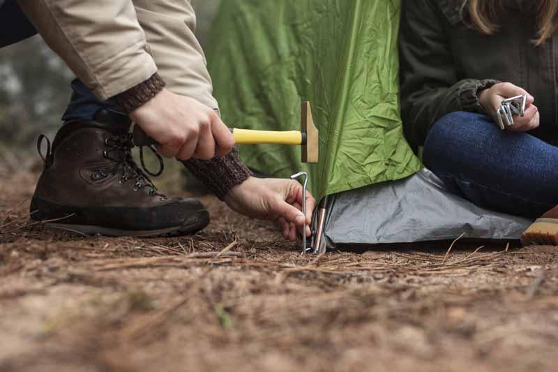 تصویر باکیفیت بر پا کردن چادر در جنگل