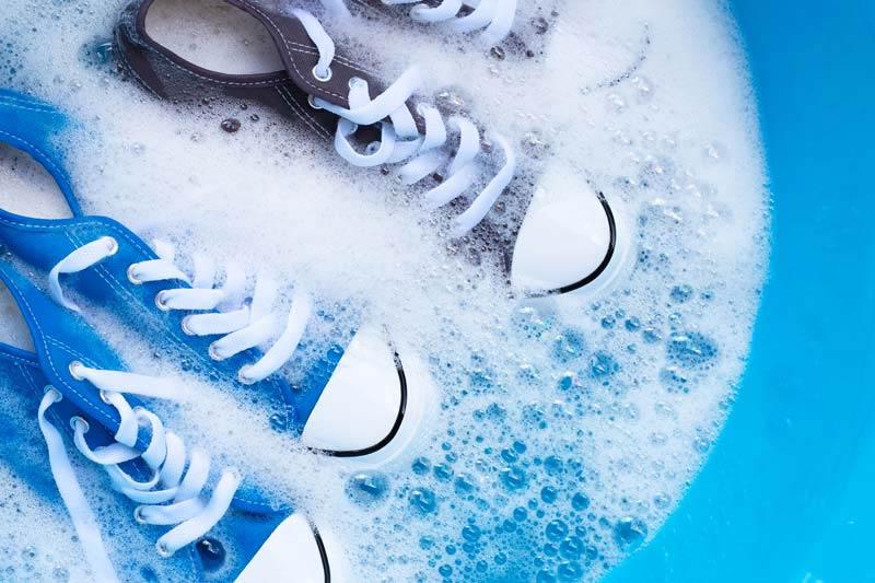 عکس باکیفیت شستن کفش های کتانی