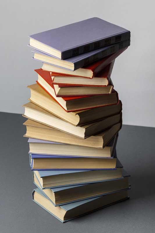تصویر کتاب های چیده شده روی هم