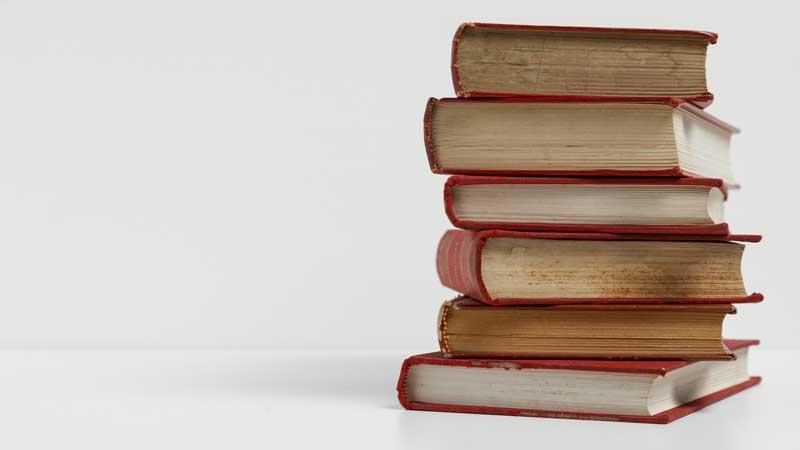 دانلود تصویر کتاب های چیده شده روی هم