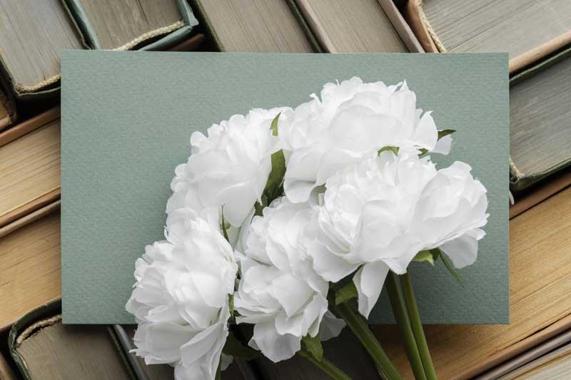 دانلود تصویر کتاب ها و دسته گل