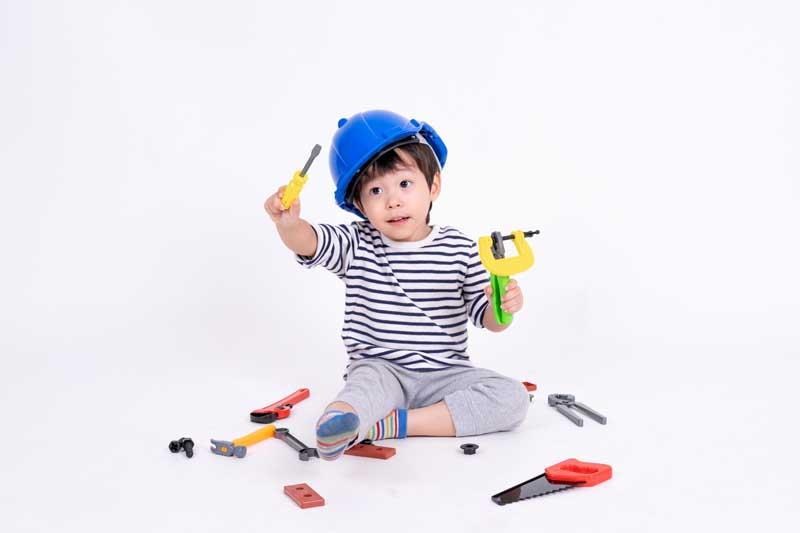 عکس پسر بچه در حال بازی با اسباب بازی