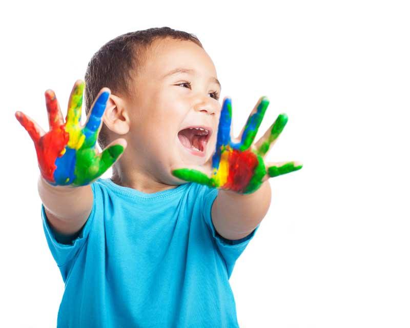 عکس کودک با دستان رنگی