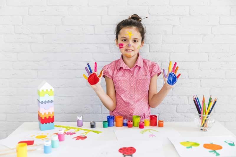 دانلود عکس دختر بچه در کلاس نقاشی