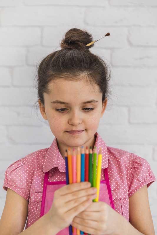 دانلود عکس دختر بچه مداد رنگی به دست