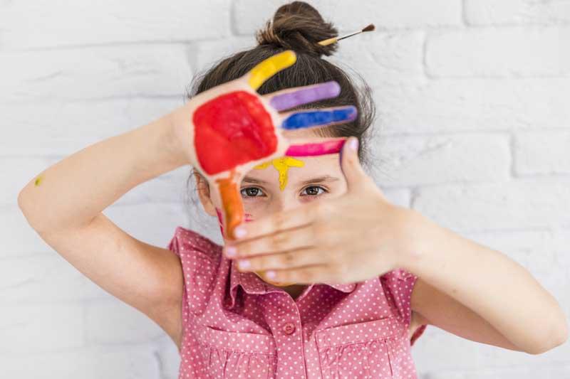 دانلود عکس دختر بچه با دست رنگی
