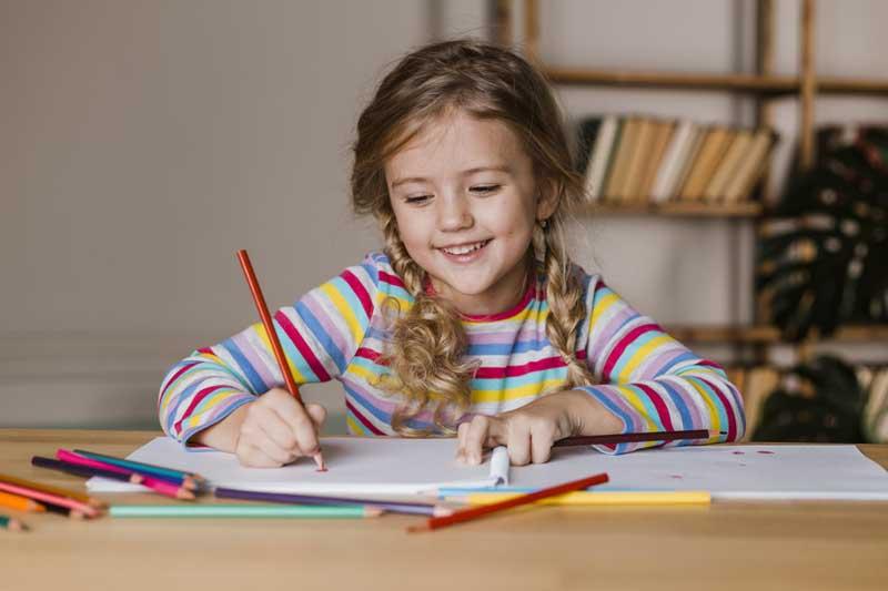 دانلود عکس دختر بچه در حال کشیدن نقاشی