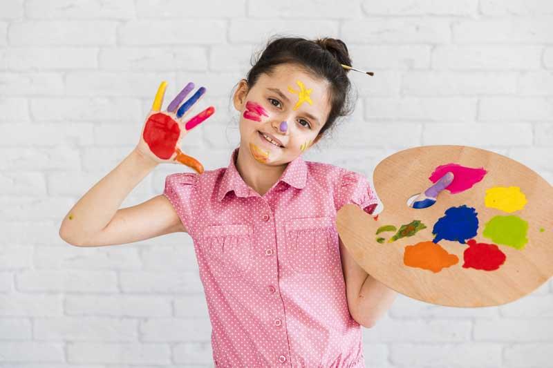 دانلود عکس دختر بچه با پالت رنگ در دست