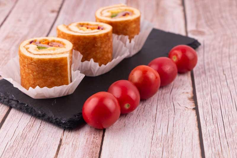 تصویر گوجه فرنگی و شیرینی رولت خامه ای