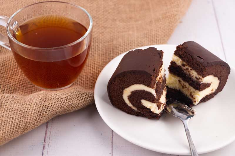 تصویر لارج فرمت شیرینی رولت خامه ای و چای