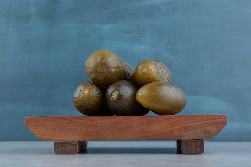 دانلود تصویر خیارشور های روی تخته چوبی