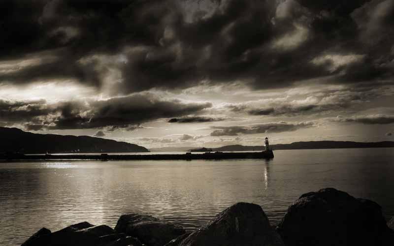 عکس باکیفیت سیاه و سفید فانوس دریایی روی اسکله