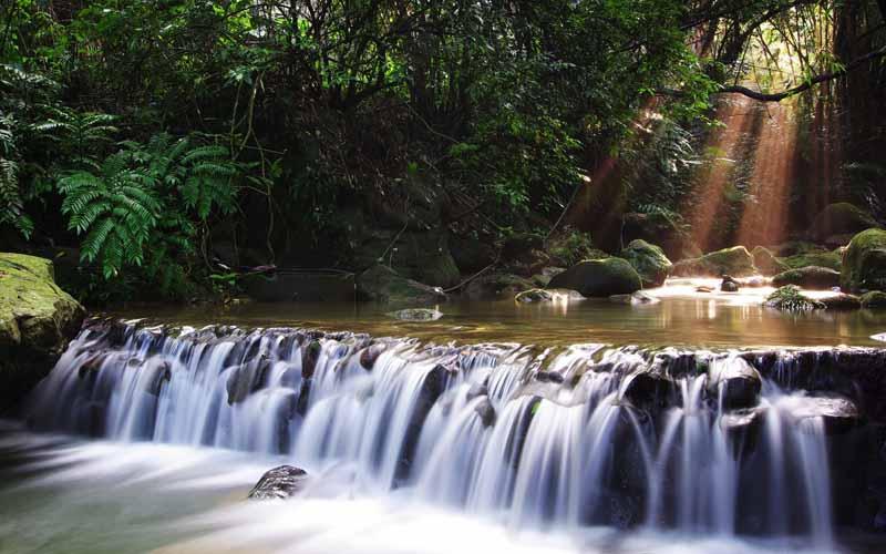 تصویر باکیفیت آبشار کوتاه در مسیر رودخانه