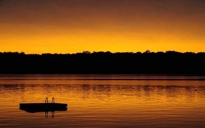 تصویر باکیفیت از غروب آفتاب و دریاچه نارنجی