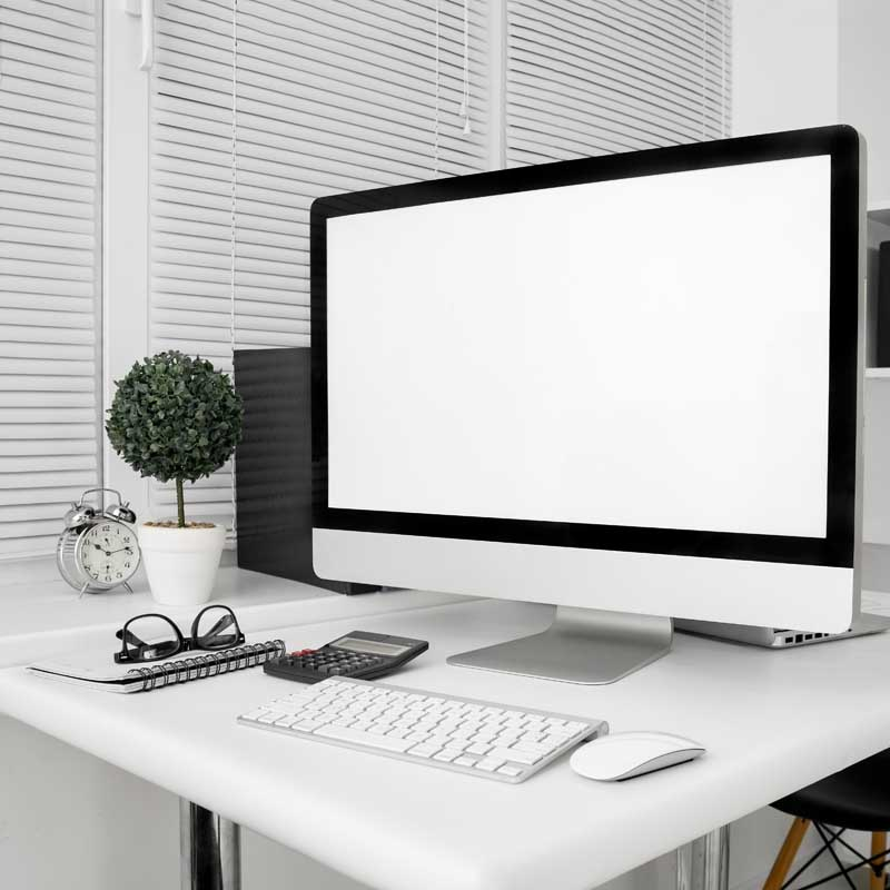 تصویر باکیفیت میز کار و کامپیوتر