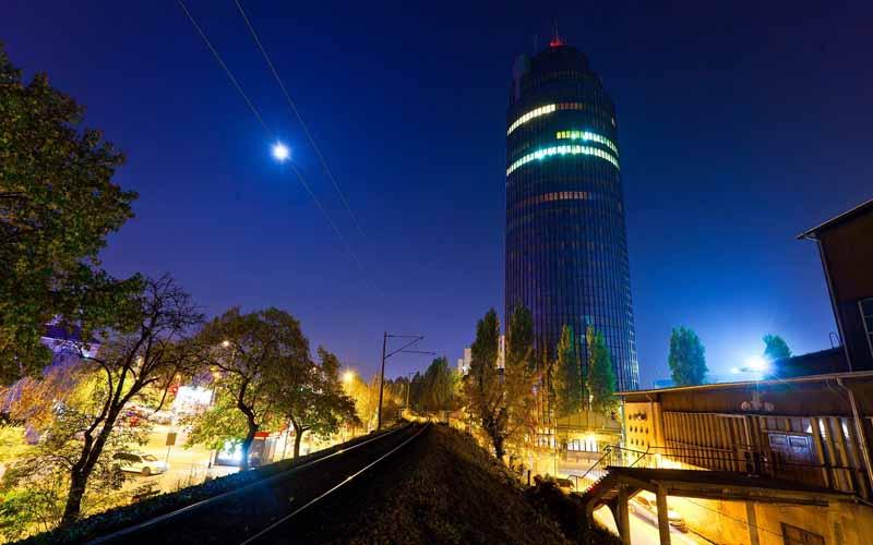 دانلود عکس آسمان خراش در شب