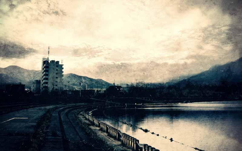 دانلود عکس سیاه و سفید رودخانه و شهر